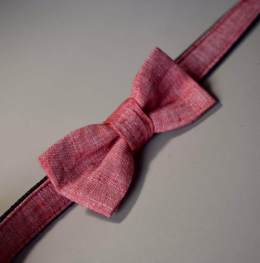 Rotes Hundehalsband mit Fliege